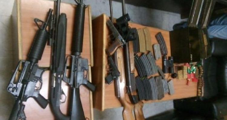 ضبطت الأجهزة الأمنية ، الثلاثاء، أسلحة وذخائر باحد المنازل في مدينة عجلون شمالي المملكة