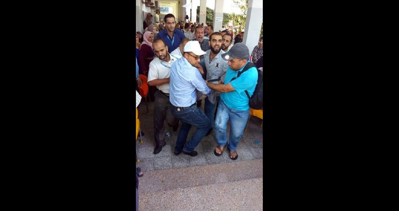 حالات إغماء لعدد من موظفي وكالة الغوث في مدينة غزة، بعد تلقيهم قرار فصلهم من عملهم اليوم.