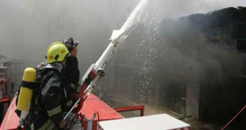 تتعامل كوادر الإطفاء في مديرية الدفاع المدني، مع حريق محل دهانات موبيليا، الأربعاء، بمنطقة القويسمة بالعاصمة عمان.