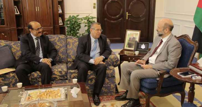 أكد رئيس الوزراء الدكتور عمر الرزاز خلال استقباله صباح اليوم الخميس في مكتبه بدار الرئاسة، رئيس الوزراء اليمني الدكتور أحمد بن دغر