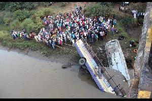 لقي 33 شخصا حتفهم اليوم السبت، جراء سقوط حافلة كانت تقلهم بواد عميق في ولاية ماهاراشترا جنوب غربي الهند.