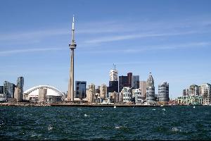 وقع اليوم الأحد، إنفجار ضخم في محطة لتوليد الطاقة في مدينة تورونتو كبرى المدن الكندية، ما أدى إلى ترك آلاف المنازل بلا كهرباء