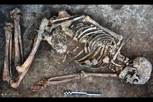 """عثر علماء آثار على مخلفات قطران غامضة على عظام امرأة بدوية دفنت قبل 4500 عام، الأمر الذي أثار استغرابهم وحيرتهم، وفق ما ذكرت صحيفة """"ديلي ميل"""" البريطان"""