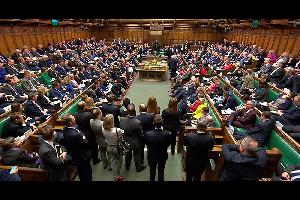 قالت لجنة البيانات الرقمية والثقافة والإعلام والرياضة في مجلس العموم (البرلمان) البريطاني، أن شركات التكنولوجيا مثل فيسبوك يجب أن تتحمل مسؤولية الموا