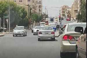 رصدت عدسة سما الأردن سيارة ركوب صغيرة تعاكس السير بطريقة جنونية على إشارة الكالوتي في منطقة الرابية