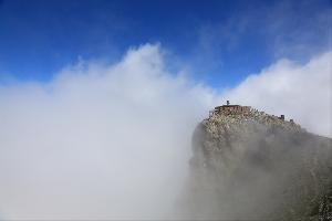 فوق الغيوم وعلى قمة سفح إحدى جبال صوغانلي شرقيّ منطقة البحر الأسود في تركيا، يقع مسجد (كيركلار)، الذي يرتفع 3200 متراً عن سطح البحر