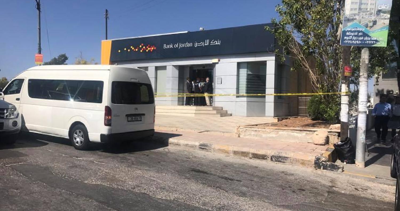 الأمن يحاور منفذ عملية سلب أحد البنوك في عمان