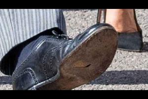 تداولت وسائل إعلام عدة، صورا للأمير هاري مرتديا حذاء ممزقا من الأسفل، وهو برفقة زوجته ميغان ماركل حفل زفاف صديق طفولته تشارلي فان ستروبنز.