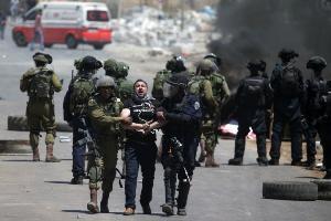 الإحتلال يعتقل عشرات الفلسطينيين
