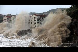 أجلت الصين أكثر من 200 ألف شخص مع وصول إعصار إلى اليابسة على ساحلها الشرقي في وقت متأخر أمس الأحد، بحسب ما قالت وسائل إعلام رسمية