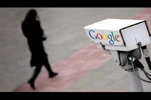 تحاول شركة غوغل معرفة تحركات المستخدمين وأين يذهبون، وذلك من خلال القيام العديد من خدماتها على الأجهزة المحمولة العاملة بنظامها التشغيلي أندرويد أو نظ