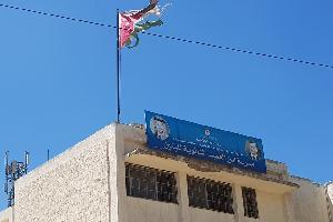 تداول العديد من المواطنيين صور لمدرسة في عمان مدرسة أبن العميد الثانوية للبنين / تلاع العلي و يعلوها علم مهترئ وقديم والذين بدورهم يؤكدون بأن هذه الأع