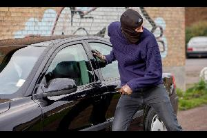 لصوص حاولوا سرقة سيارة ولكن حدث ما لم يكن بحسبانهم .. فيديو