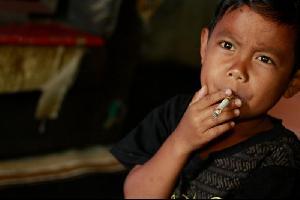 شاهد بالفيديو .. طفل إندونيسي يدخن 40 سيجارة في اليوم