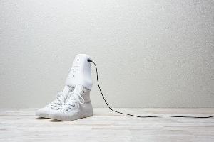 """أطلقت شركة باناسونيك جهازاً جديداً """"MS-DS100"""" يزيل رائحة الأحذية الكريهة التي تمثل مشكلة حقيقة بالنسبة للبعض، حيث يمكن توصيل الجهاز الذي سيكون متاحاً"""