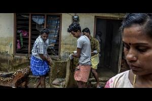 الأفاعي تغزو منازل الناجين من الفيضانات في الهند (شاهد)