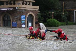 """قالت صحيفة """"تشاينا ديلي"""" اليوم الإثنين، إن الفيضانات العارمة التي نجمت عن إعصار وعاصفة مدارية في إقليم شاندونغ بشرق الصين أدت إلى مقتل 14 شخصاً وخسائر"""