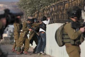الاحتلال يعتقل 27 فلسطينيا من الضفة