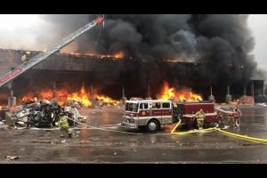 موظف يحرق شركته بعد رفض مديره لطلبه
