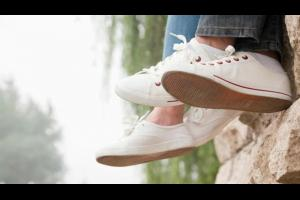 الطريقة الصحيحة لتنظيف الحذاء الرياضي الأبيض