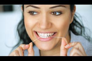 أربعة أسباب لاستخدام خيط تنظيف الأسنان كل يوم