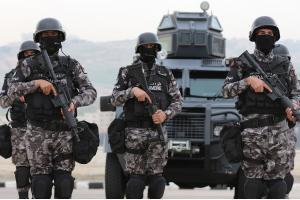 القبض على اشخاص بحوزتهم مخدرات وأسلحة في البادية الشمالية (صور)