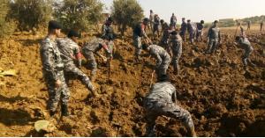 رجال أمن وعسكري يبحثون عن الطفلة المفقودة.. صور