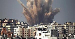 صاروخ يسقط على اسرائيلي خلال تصويره للقصف.. فيديو