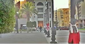 لماذا يعلق المغاربة ملابسهم في الشارع؟