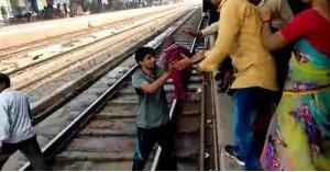طفلة تنجو من الموت بعد مرور قطار عليها.. صور
