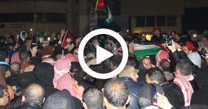 شاهد لحظة إنقاذ الأمن لأحد المصابين من المعتصمين- فيديو