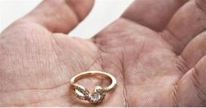 تستعيد خاتم زواجها بعد 9 سنوات من فقدانه