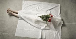رجل عاش مع جثة والدته عاماً لسبب غريب جداً