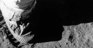 """""""مزاد فضائي"""" يشهد بيع حذاء بآلاف الدولارات"""