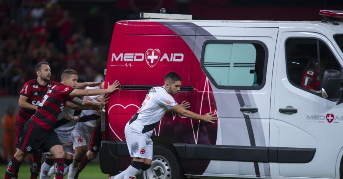 سيارة إسعاف جاءت لتسعف لاعب مصاب..لكنها دهسته! (شاهد)