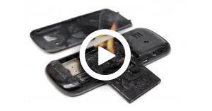 انفجار هاتف على متن طائرة يتسبب بكارثة.. فيديو