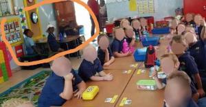"""صورة لأطفال تنضح """"عنصرية"""""""