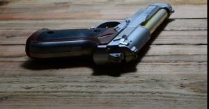 طفل يحمل مسدساً داخل المدرسة محشواً بالرصاص
