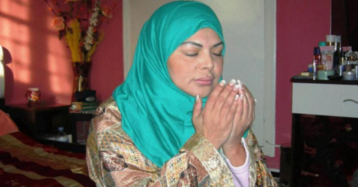 """الفنانة فلة الجزائرية تتحجب وترفع """"الأذان"""" بصوتها.. فيديو"""