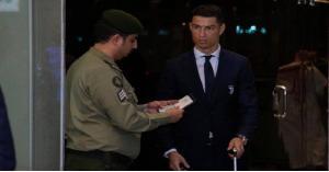 رونالدو في السعودية.. وهذا ما فعله مسؤول الجوازات معه