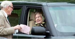 ملكة بريطانيا تقود من غير رخصة