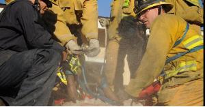 """إنقاذ شخص احتجز في """"مدخنة شواء"""" 4 أيام.. صور"""