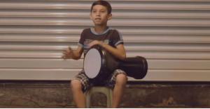 طفل بعمر 10 سنوات يدق على الطبلة كالمحترفين.. فيديو