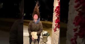 تجمد شعر فتاة أمريكا بشكل صادم بسبب الصقيع الشديد.. فيديو