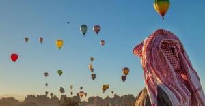 مناطيد عملاقة تلون سماء السعودية.. صور