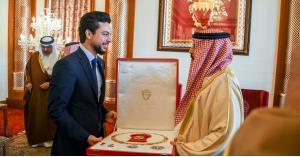 ولي العهد يلتقي ملك مملكة البحرين ويتسلم وسام النهضة للملك حمد
