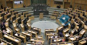تراشق بزجاجات المياه في البرلمان.. فيديو