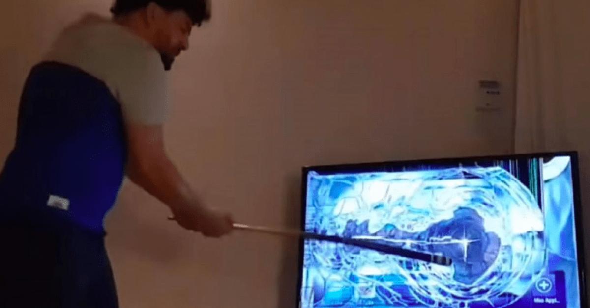 بحصيلة 26 تلفاز.. مشجع يحطم تلفازا كلما خسر فريقه