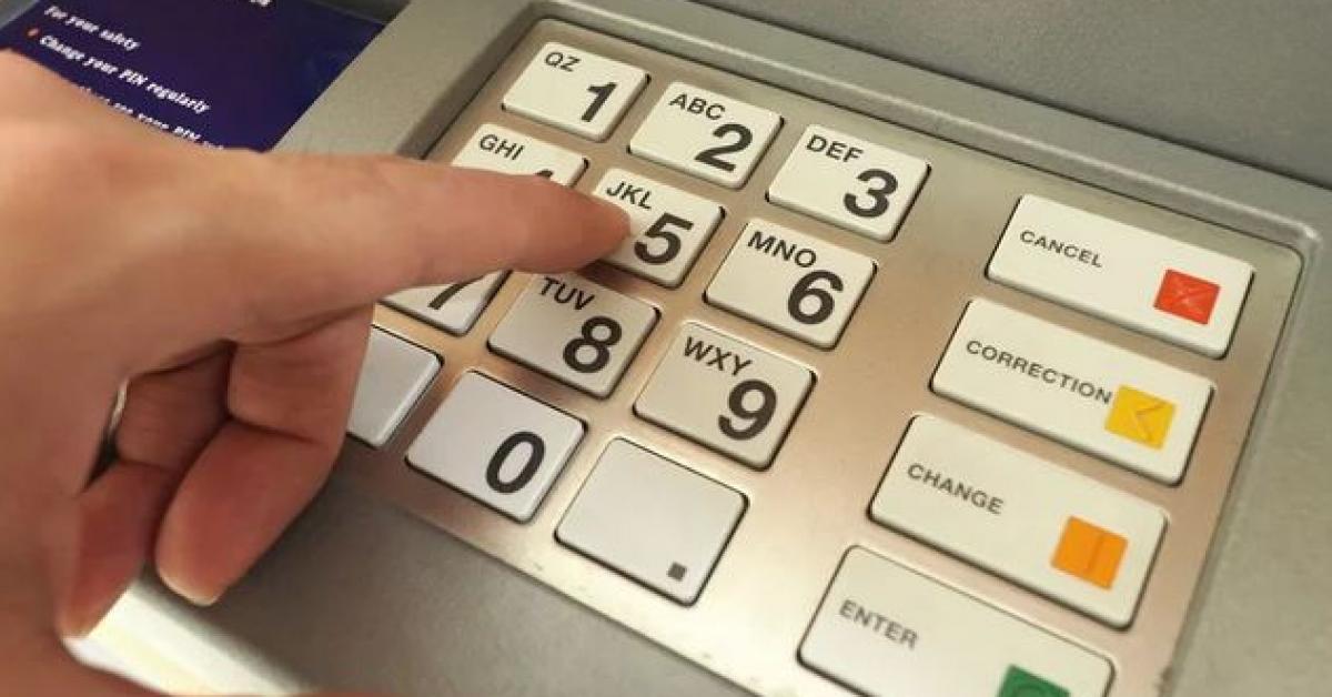 سلب نصف مليون دولار من جهاز صراف آلي