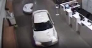 امراة تقتحم مركز الشرطة.. والاسباب غامضة (فيديو)